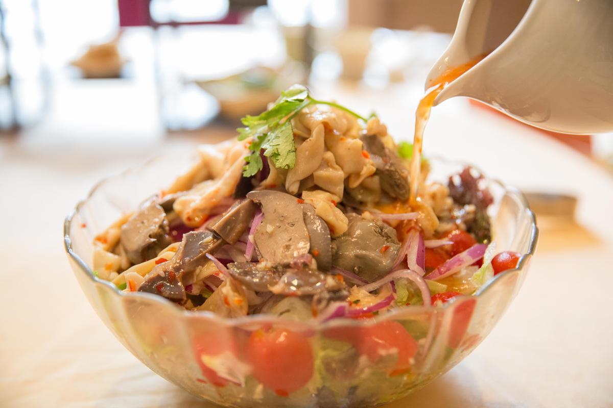 「泰式涼拌沙拉集」集合了鴨內臟,搭配泰式酸甜醬汁,口感清爽。