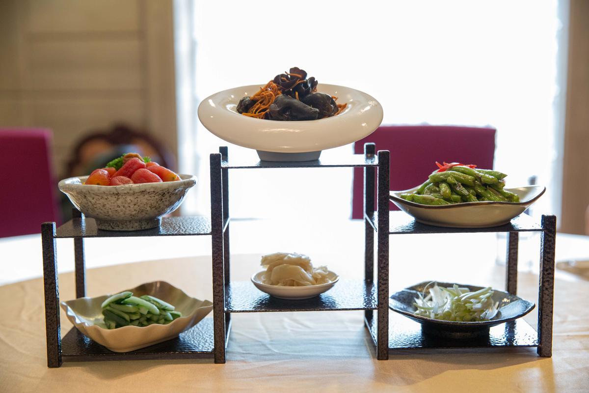 上菜前可先用上層小菜開胃,下層是待會兒吃片皮鴨的配料。