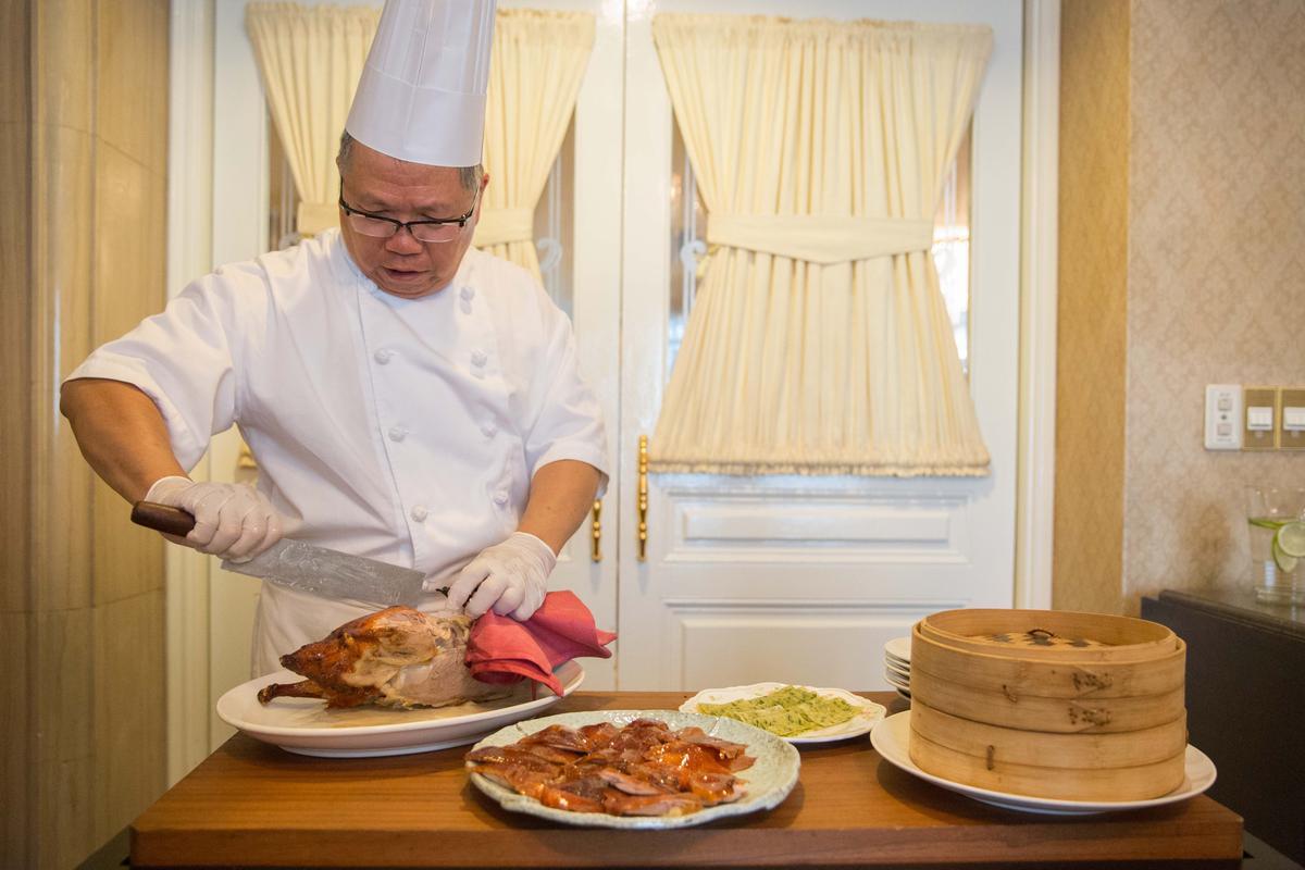師傅馮秋良細心片下最肥美的鴨肉與鴨皮,叫人看得嘴饞。