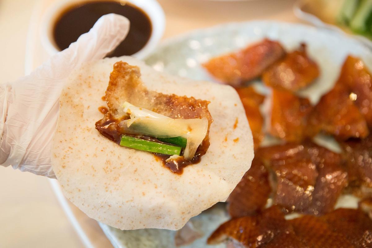 蕎麥餅皮包入片好的鴨肉,可視喜好添進黃瓜、嫩薑、蔥段。