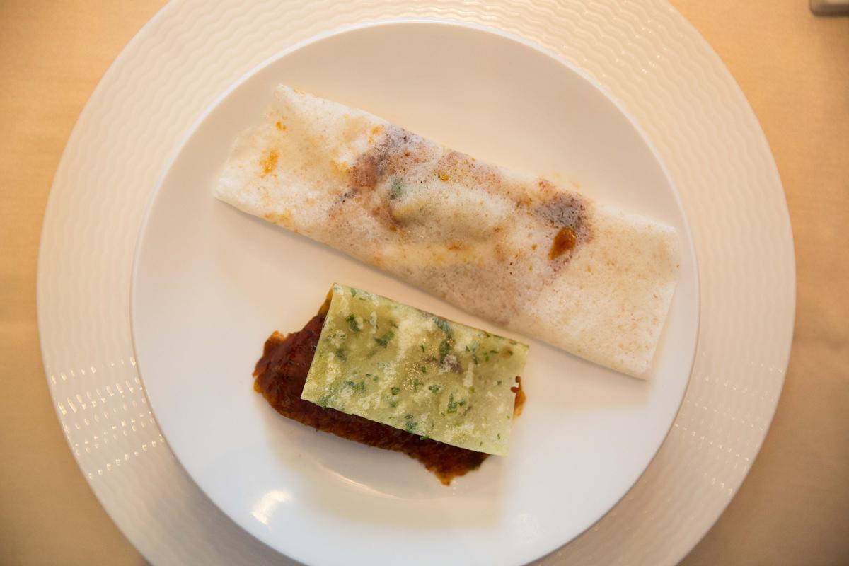 餅皮有兩種口味,白的是蕎麥,綠的是三星蔥,交換包著吃,可嘗試不同滋味。