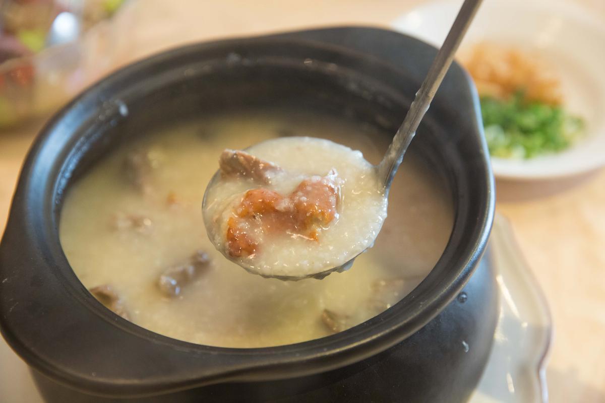 「慢火陳皮鴨骨粥」熬到幾乎不見米粒,非常濃稠。