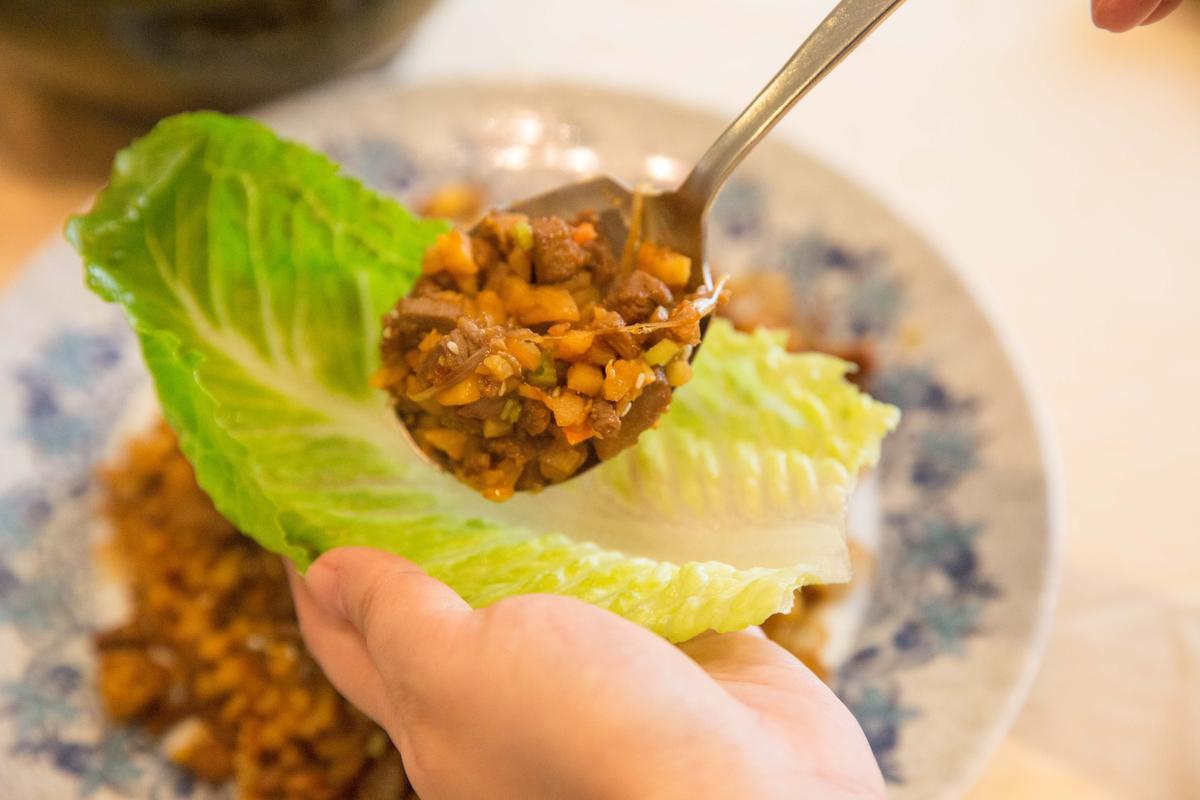 「荸薺鴨鬆蘿蔓葉」把碎鴨肉切丁和荸薺、紅蘿蔔拌炒,搭著生菜同吃,更加爽脆。