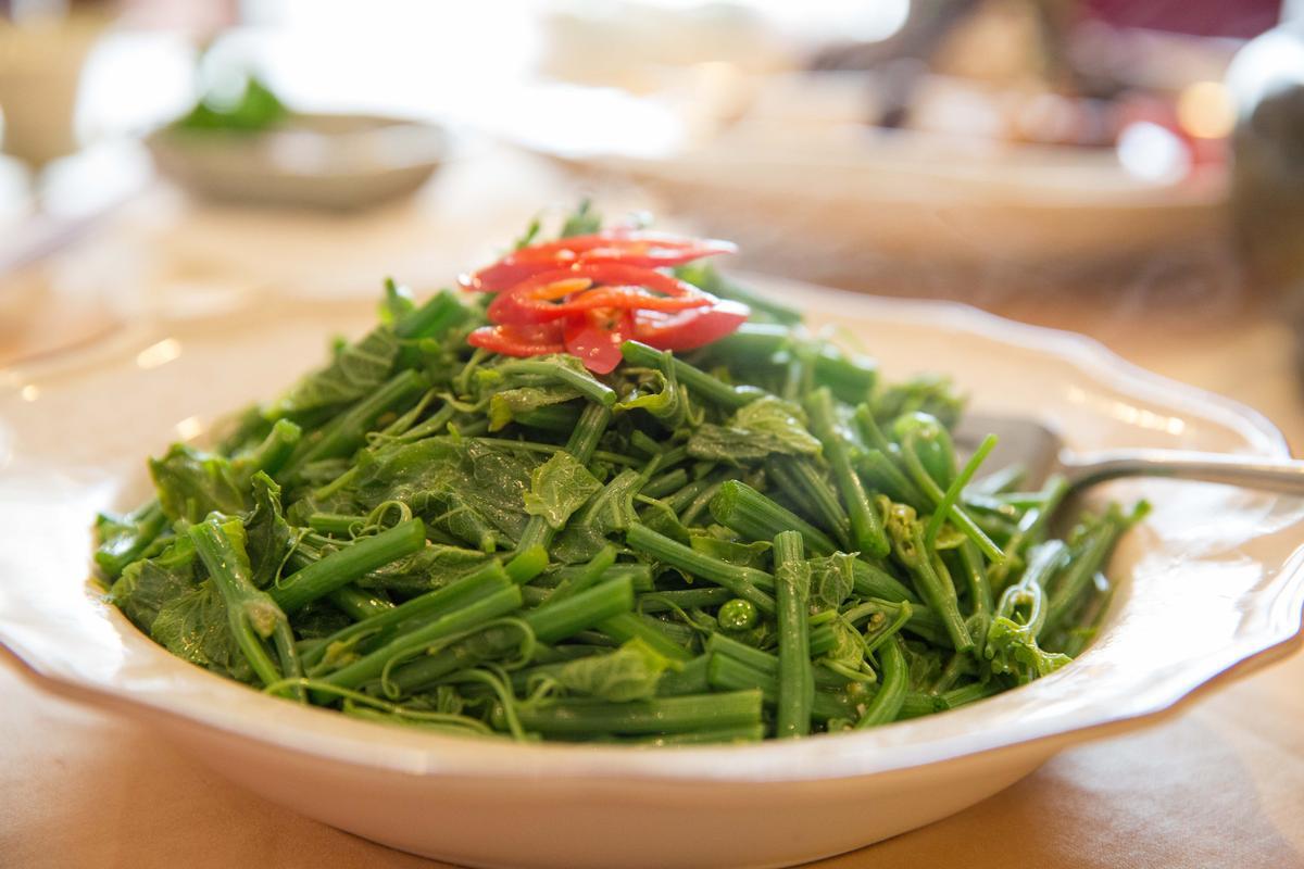 「鴨油蒜炒令時蔬」隨季節替換時蔬種類,這天吃到的是龍鬚菜,很有解膩作用。