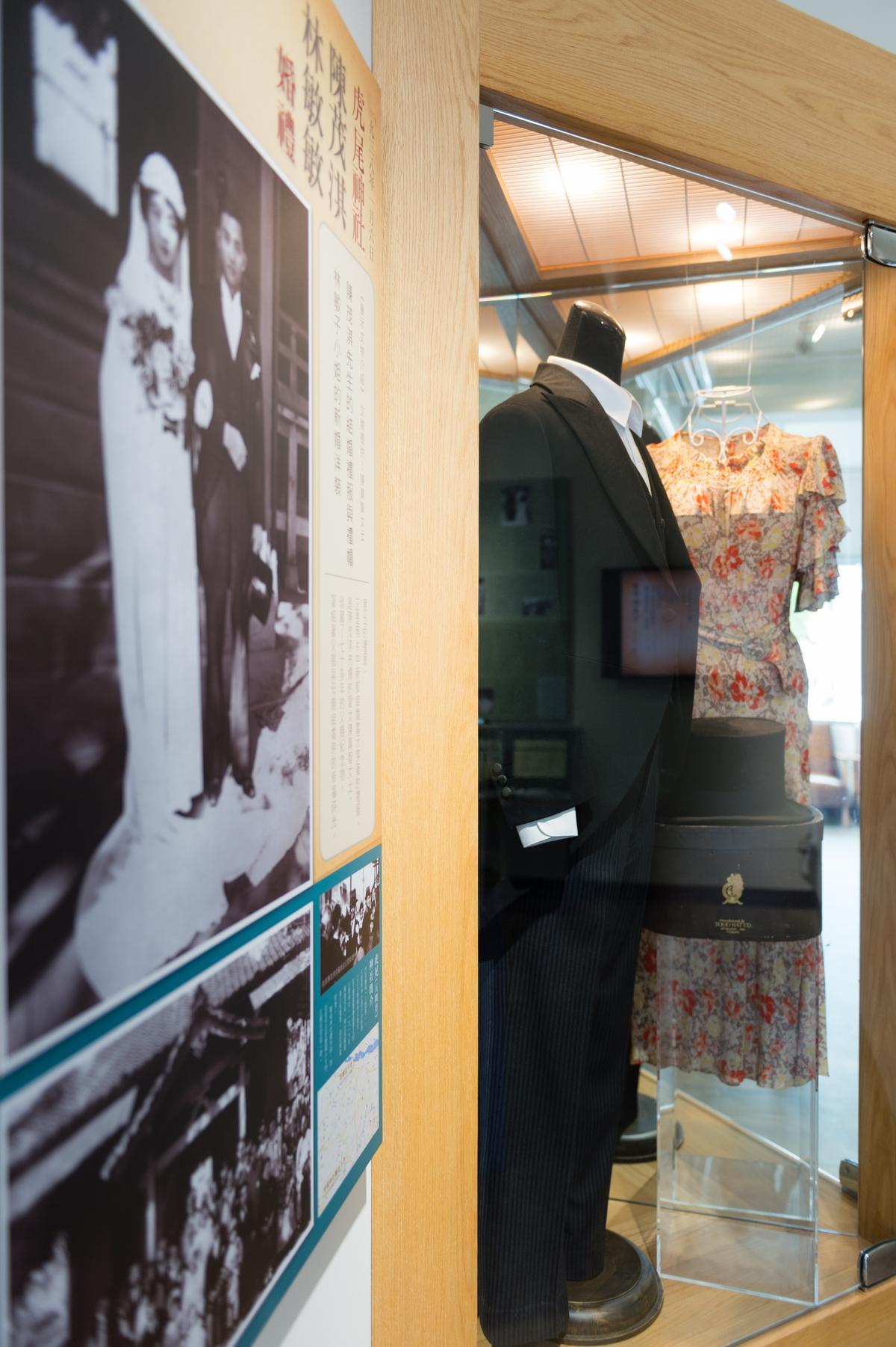 照片中醫生新郎的結婚禮服,保留在展覽室之中,當年的布料及作工相當精細。