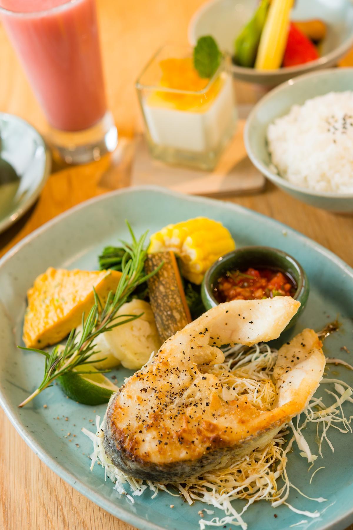 「 清新.樂活.鮮味餐」有鱸魚或蝦2選1,且不定期更換。(390元/份)