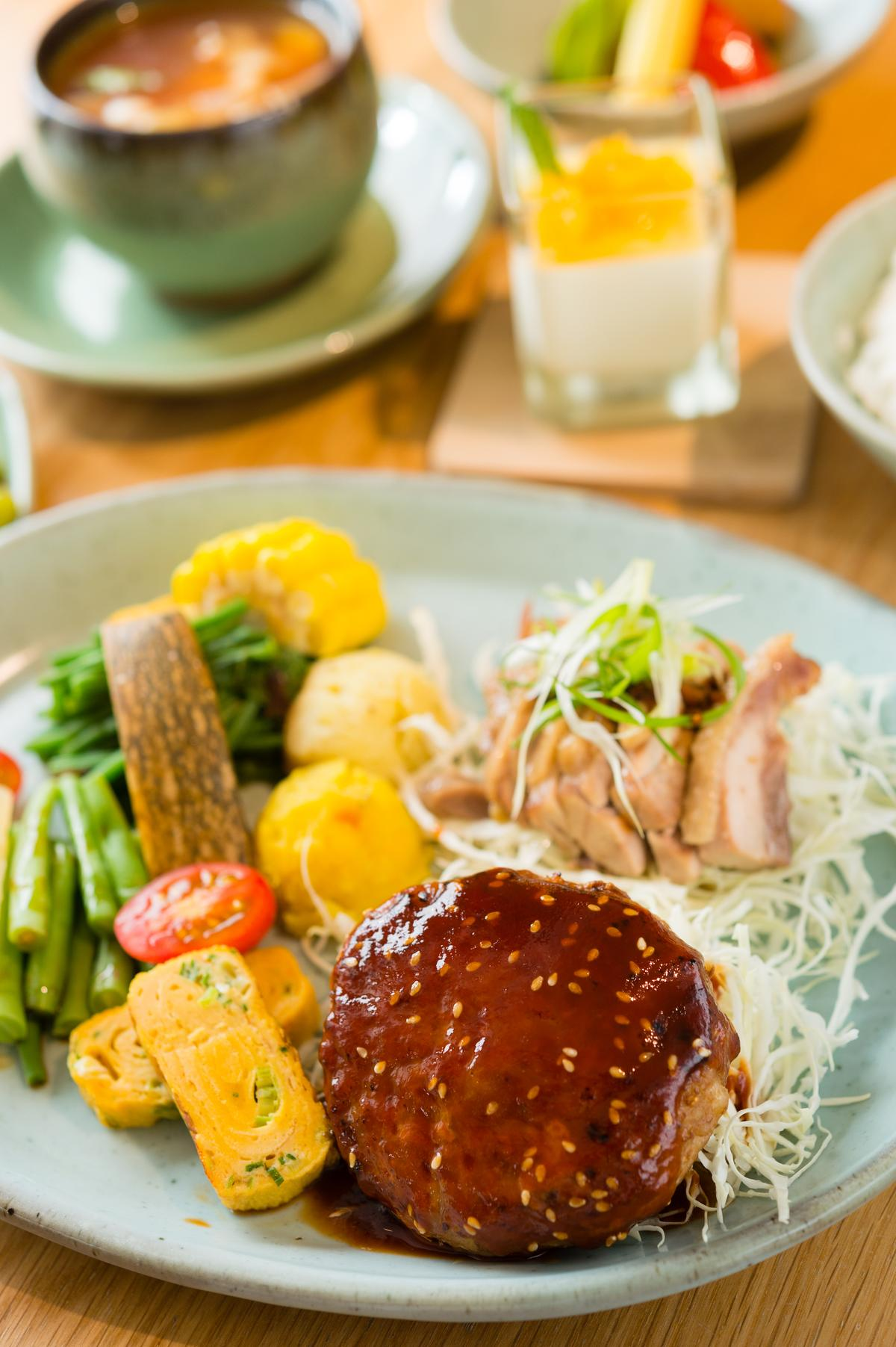「 細活.民生.故事餐」以豬肉與雞肉為主食。(450元/份)
