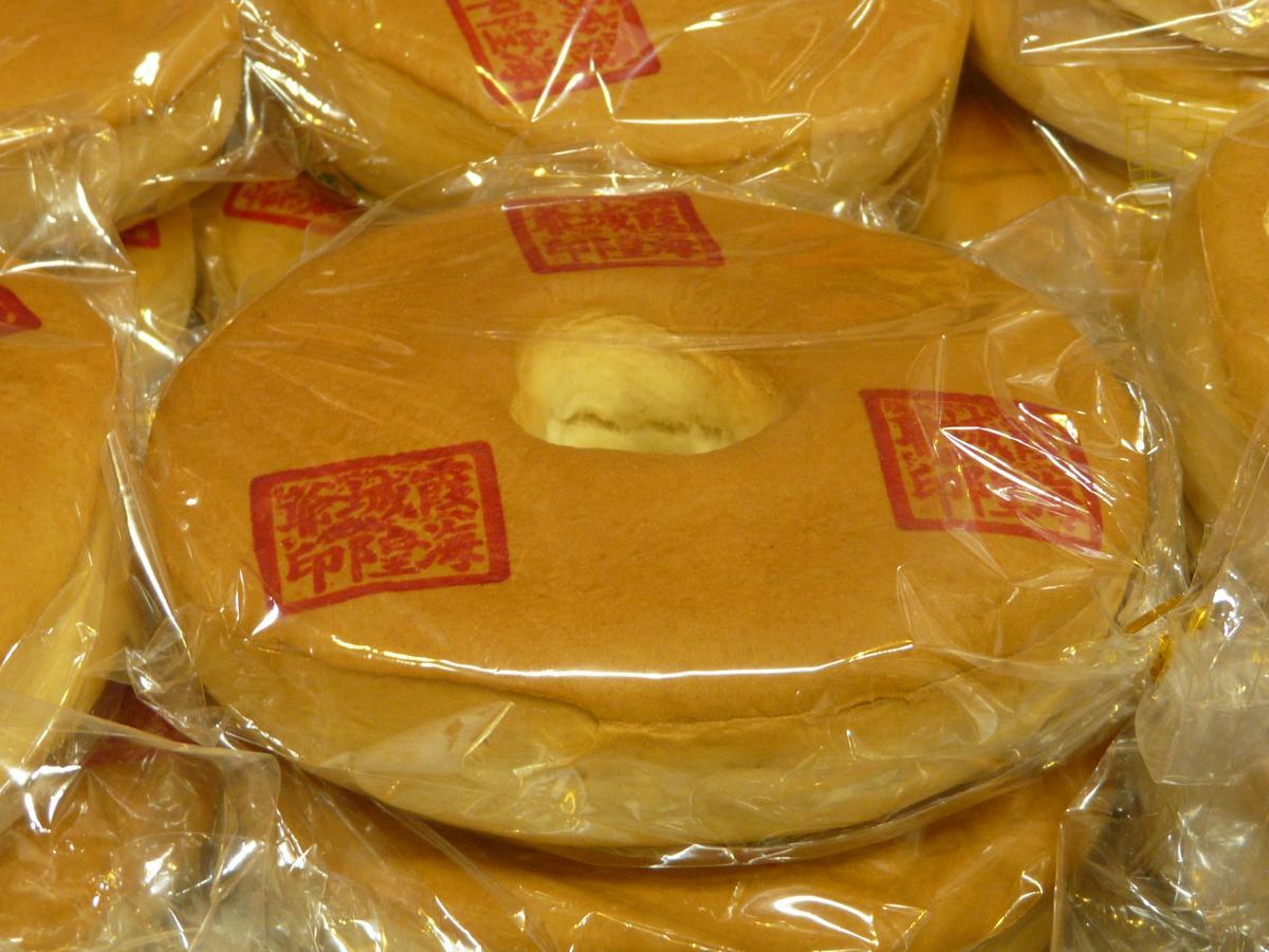 靈安社每年在迎城隍時,都會特別在鹹光餅印上「霞海城隍爺」字樣。