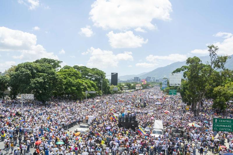 馬杜洛總統在委內瑞拉極不得民心,反對派幾乎每天都發動大規模示威,圖為5月20日的百萬大遊行。(東方IC)