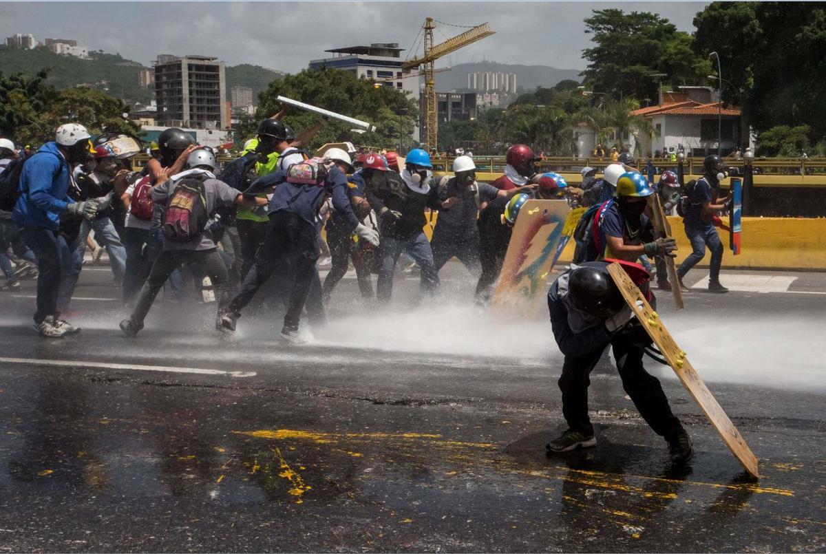 5月25日在委內瑞拉首都加拉卡斯的示威,安全部隊以強力水柱和催淚瓦斯強力鎮壓。(東方IC)