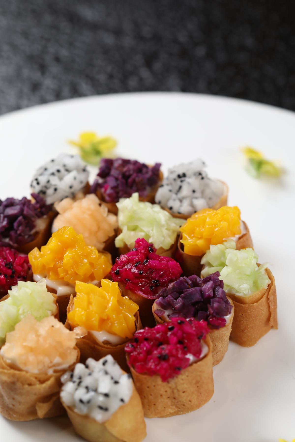 「水果沙拉咯吱盒」色彩鮮豔、誘人食欲,一口一個很方便。(人民幣36元/份,約NT$162)