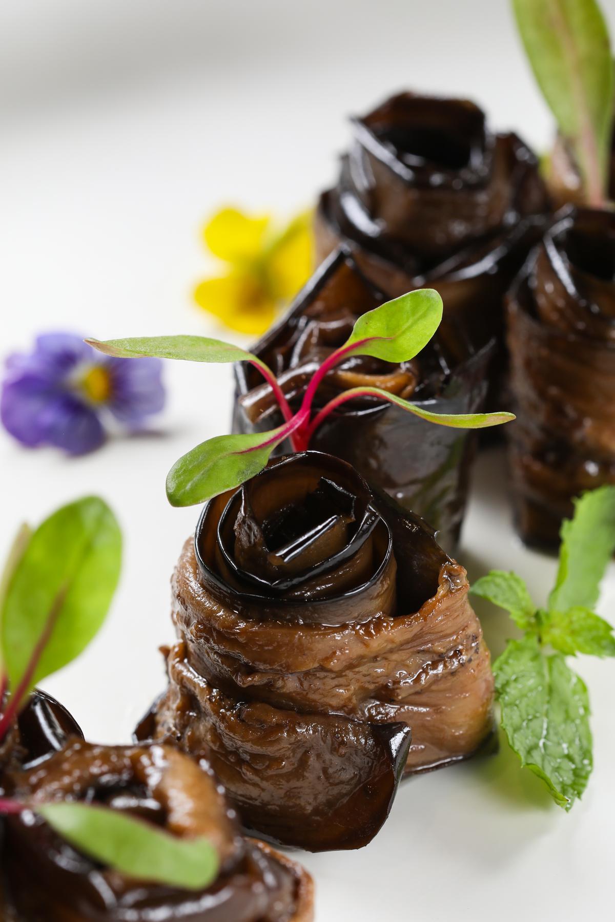 「莎莎燒茄子」得先上爐燒烤後撕去外皮,吃來軟嫩有炭烤香氣。(人民幣28元/份,約NT$136)