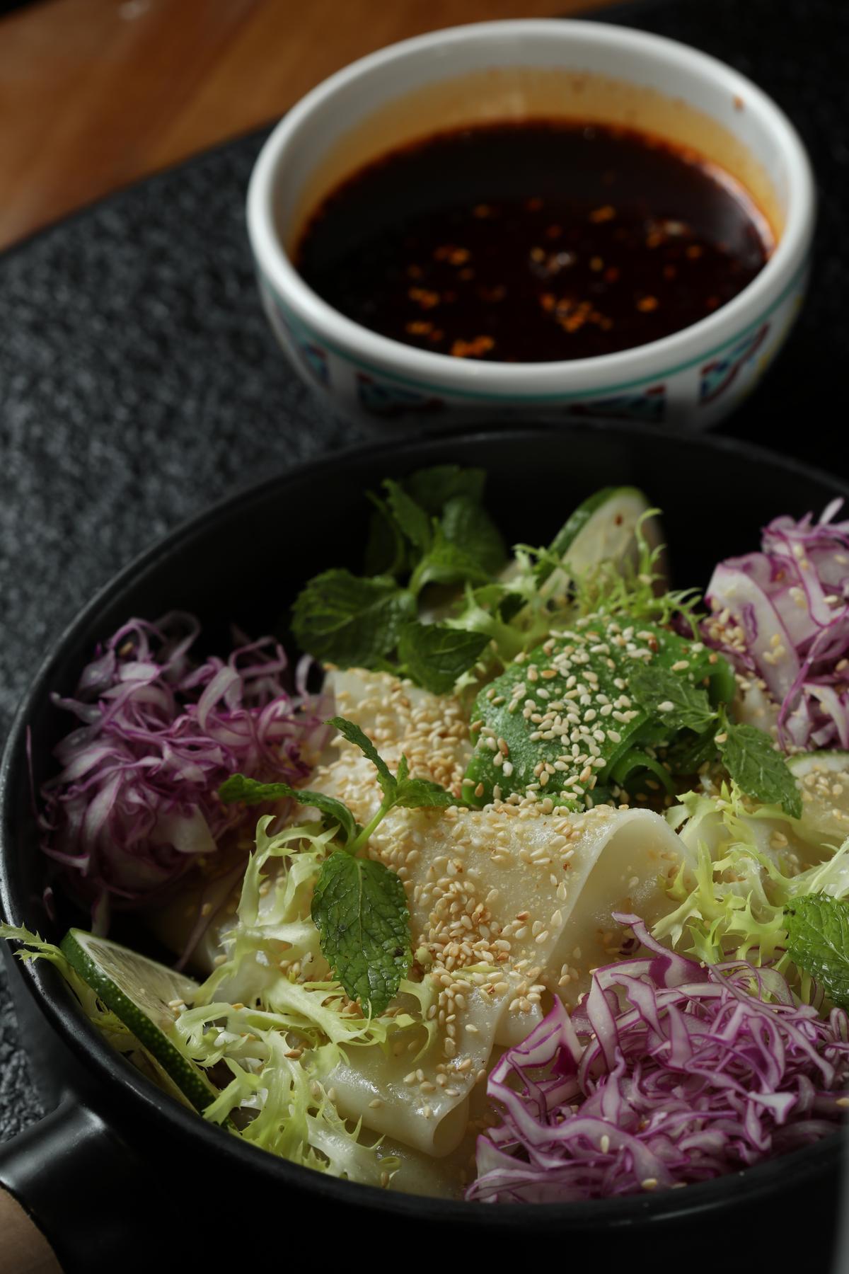 天天現做的「陝西回族麻醬涼皮」,夏天吃最開胃。(人民幣38元/份,約NT$171)