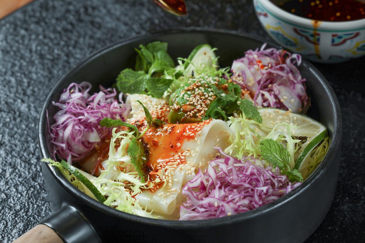 除了涼皮,還附上許多蔬菜,可以當前菜沙拉吃。