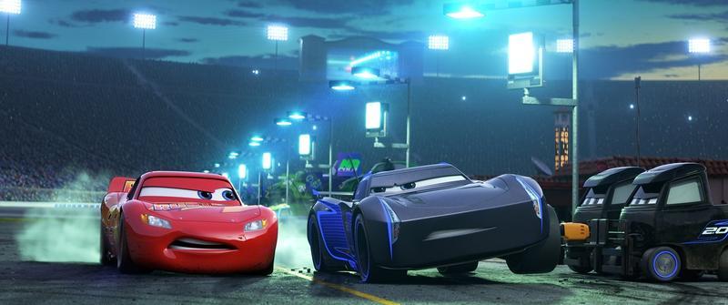 土法煉鋼的「閃電麥坤」在賽車場上被高科技新秀「暴風傑森」打敗,想東山再起的他要證明自己,並重新尋找成功的真諦。(迪士尼提供)