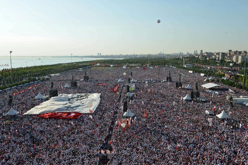 7月9日,數萬人聚集在伊斯坦堡,抗議厄多安總統的政治鎮壓,這是2013年以來土耳其最大規模的示威。(東方IC)