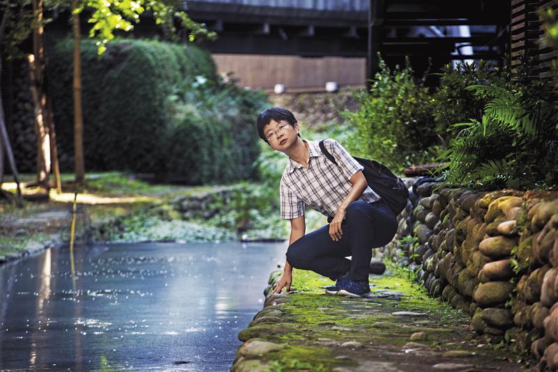 謝海盟有亞斯伯格症特質,特別喜愛走路。他前後花了近7年尋訪台北殘存水路,又花2年時間寫成《舒蘭河上》一書。