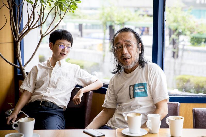 謝海盟(左)計畫將自己的跨性別戰爭寫成書。右為他的父親唐諾(本名謝材俊),知名的評論家、出版人。