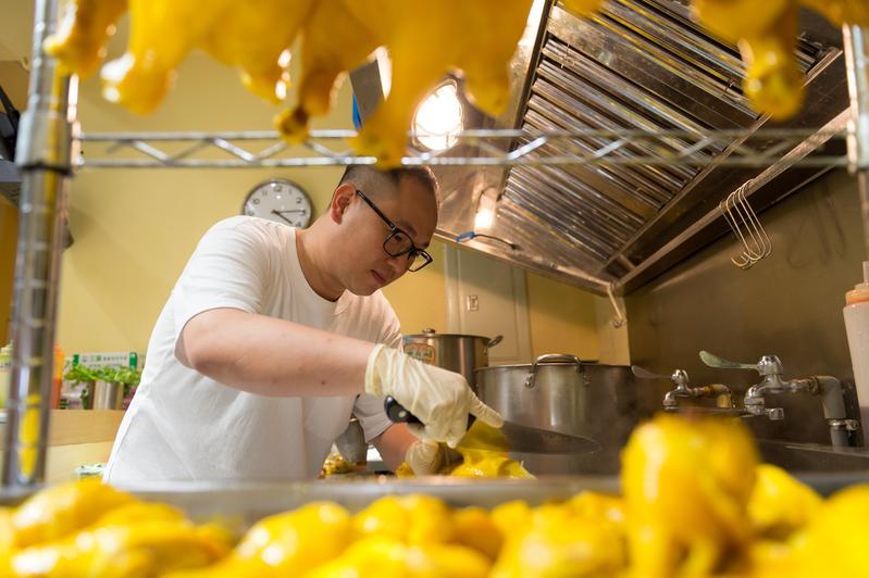 香港人劉穗京(Stephen)原本在中國賣海南雞飯,為了讓孩子在台灣讀書,全家定居台北,這裡的雞飯滋味叫做「爸爸的愛」。