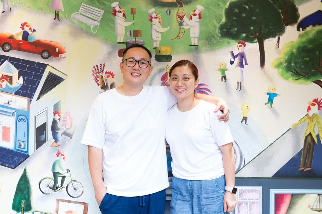 原本在香港從事音樂創作的劉穗京(左)和太太錢嵐(右)旅遊各地,現在帶兒子定居台灣做雞飯。