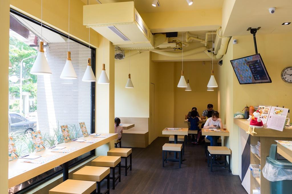 「瑞記海南雞飯」空間明亮,比起在星馬地區的熟食中心吃雞飯的環境更舒適。