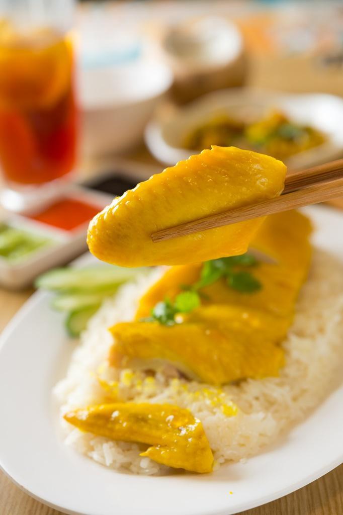 皮滑肉嫰的「海南雞飯」,一份裡吃得到雞胸、腿及翅等不同部份。(130元/份)