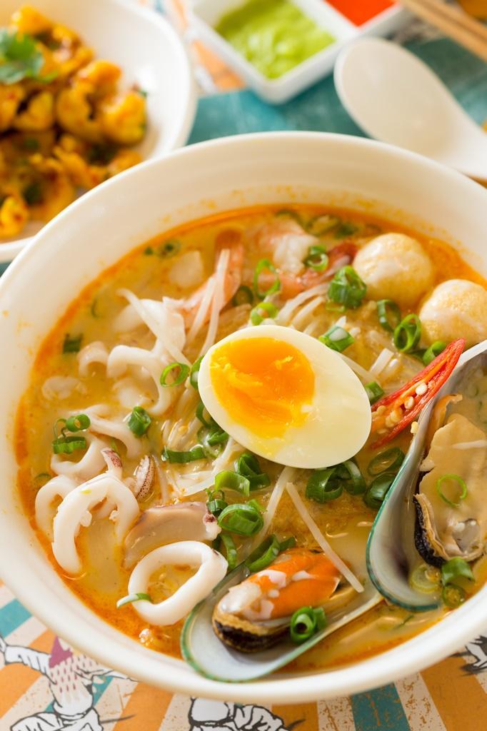 以椰漿、海鮮為底的「加東海鮮喇沙湯麵」,鮮甜透辣好開胃。(220元/碗,僅民權店供應)