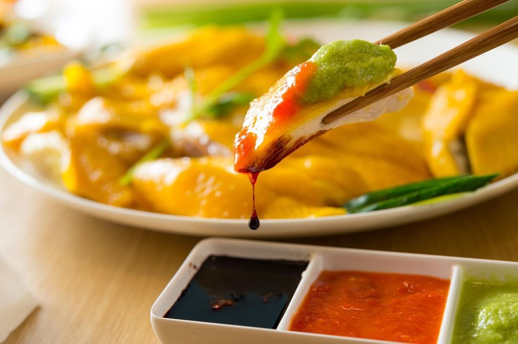 選用黑羽土雞的「全雞」,可選蘸甘鹹的「老抽」,甜辣的「鮮磨辣醬」或香料味鮮明的「薑蔥蒜泥」,讓雞肉變化出不同滋味。(800元/份)