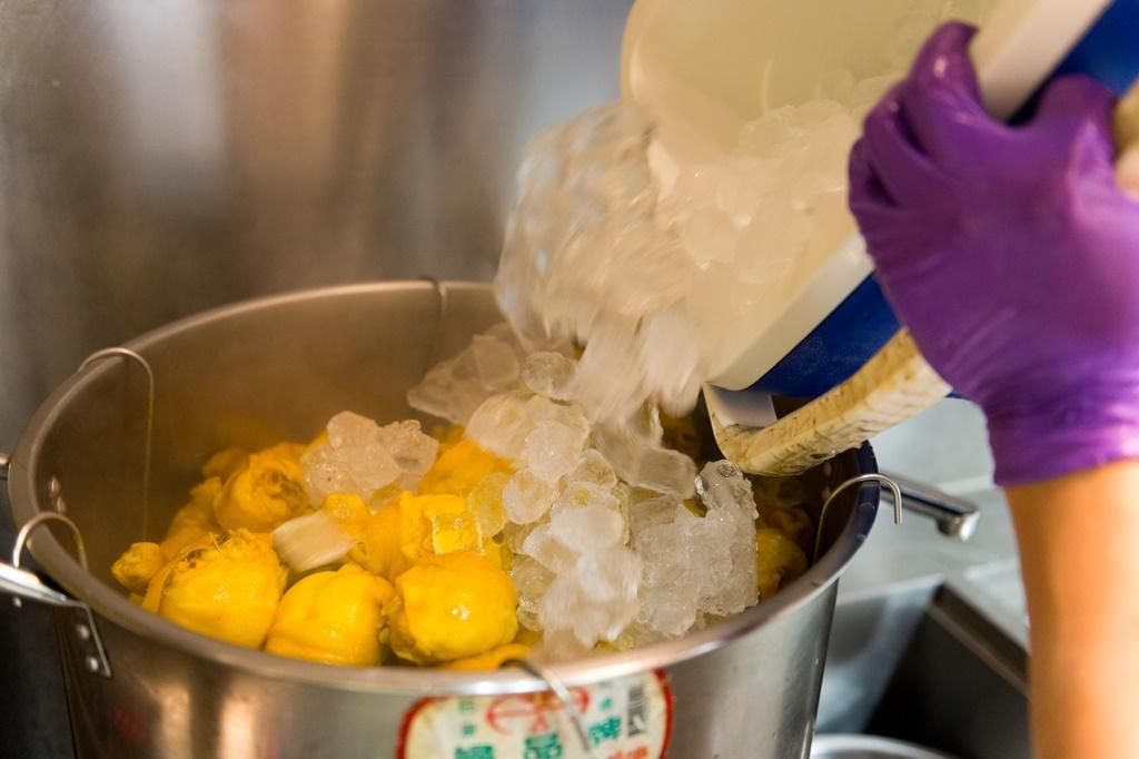 剛由滷水撈出的雞肉得立即以冰塊冰鎮,洗完三溫暖的雞肉才會皮彈肉嫰。