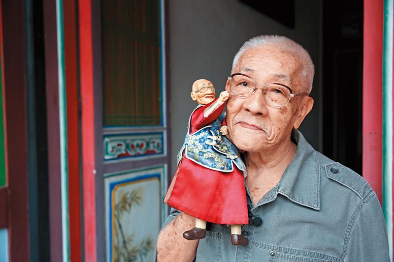 陳錫煌是雙授證保存布袋戲傳統技藝的國寶大師,這天,他手拿本人造型的戲偶,表演老翁走路。
