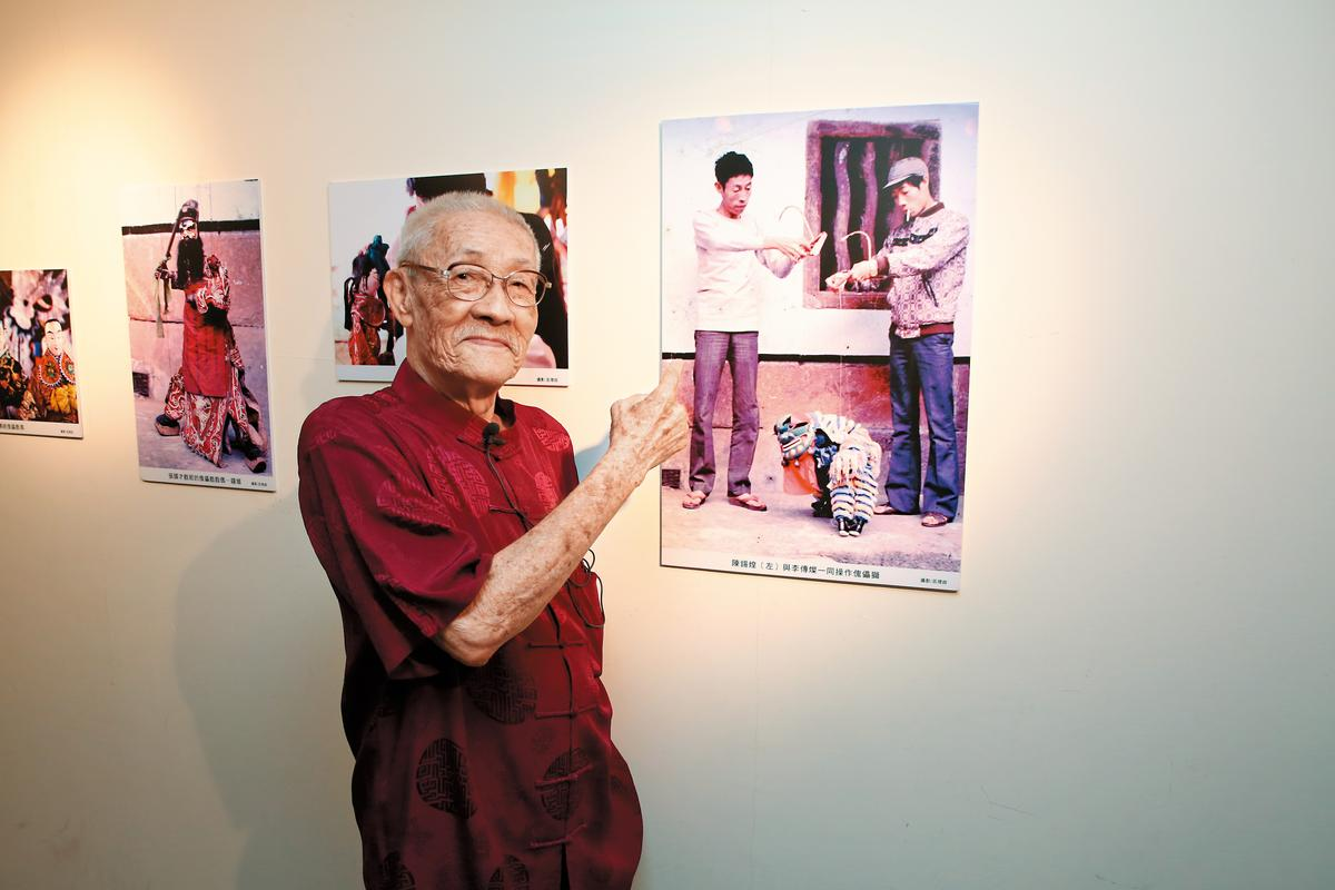 陳錫煌指著老照片中的自己,右為弟弟李傳燦,因為姓氏之分, 「亦宛然」由李姓子孫延續香火。