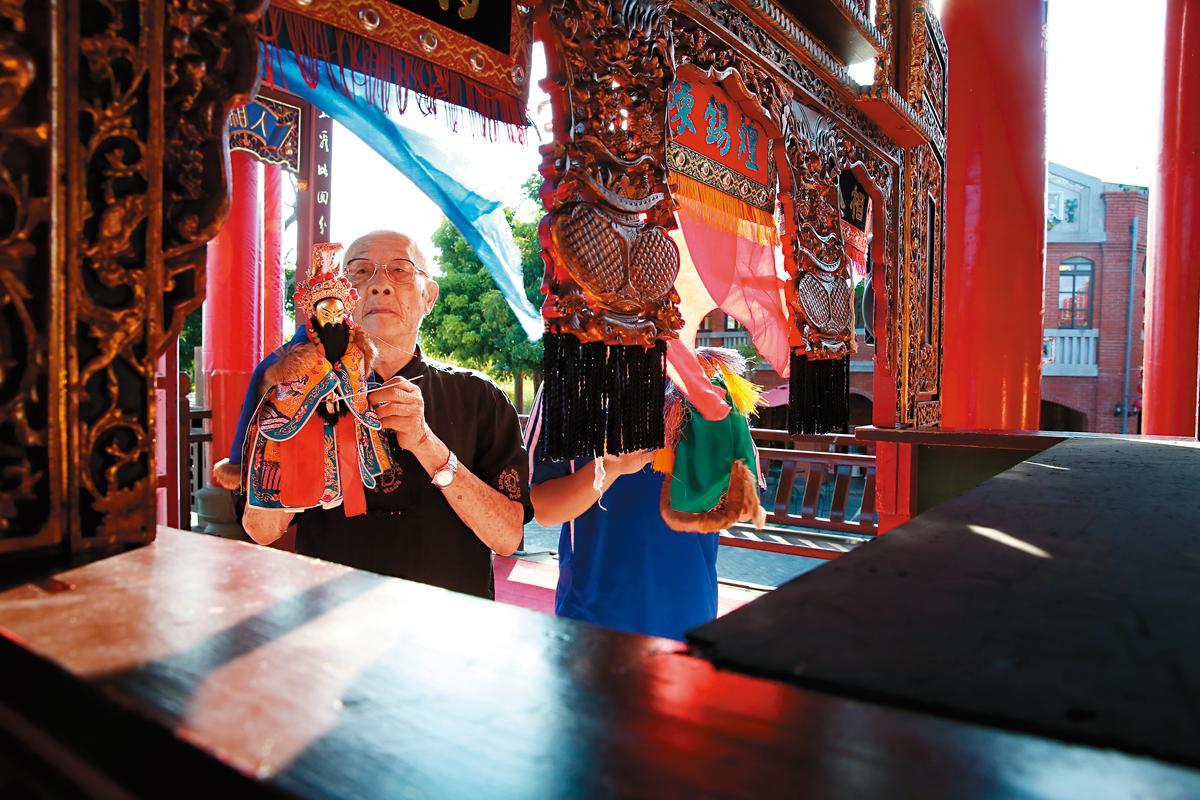 從13歲跟在父親身邊學布袋戲,陳錫煌一路演到86歲,這天他來到宜蘭傳統藝術中心演出。