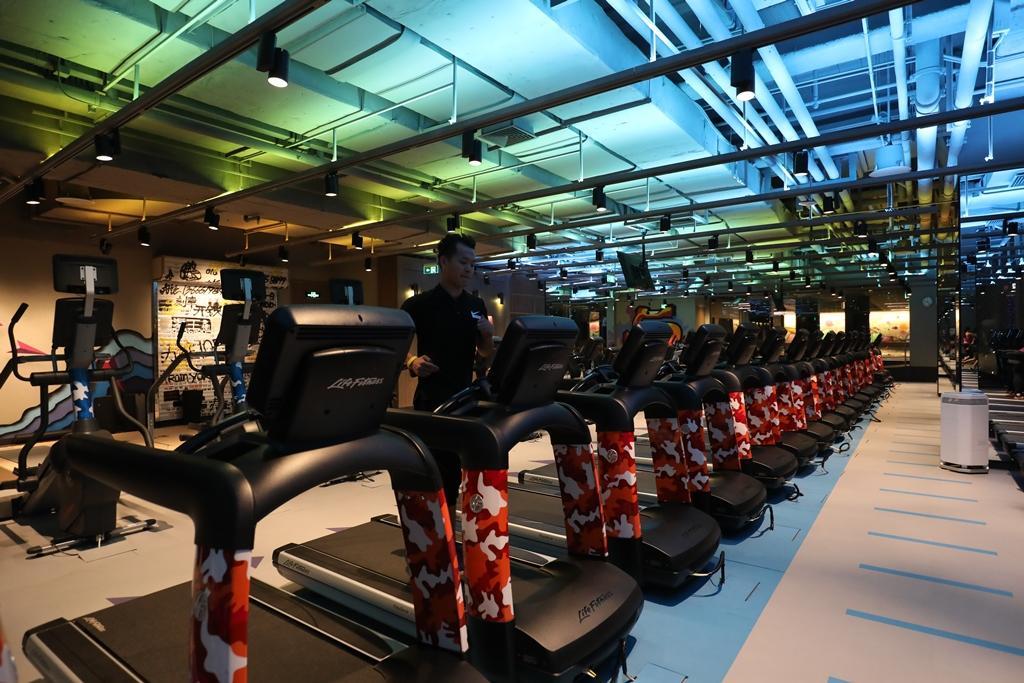 專為煉·工場訂製、迷彩圖案的運動器械,一字排開,非常壯觀。