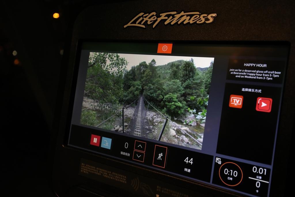 器械上引進專業軟體,可模擬身在紐西蘭徒步登山情境,一邊看風景,一邊跑步。