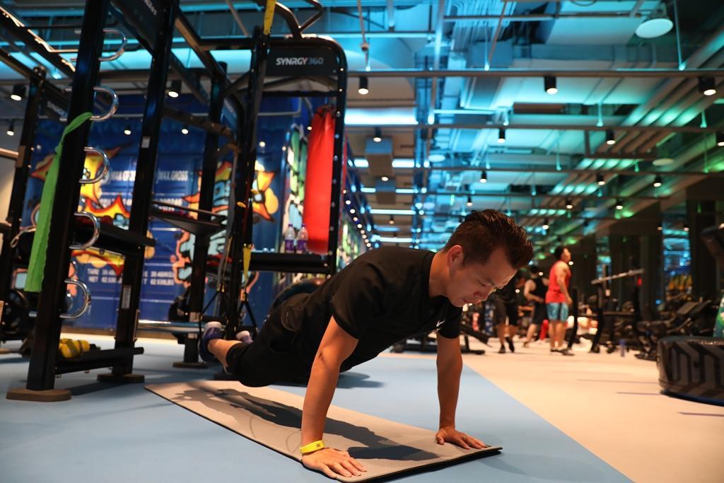 教練Andy示範,利用SYNRGY360的各種設計,從事不同肌群鍛鍊。