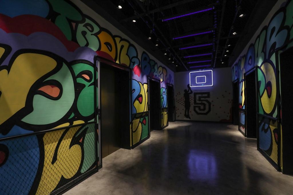 健身房四處都是搶眼塗鴉,電梯間也變身籃球場。