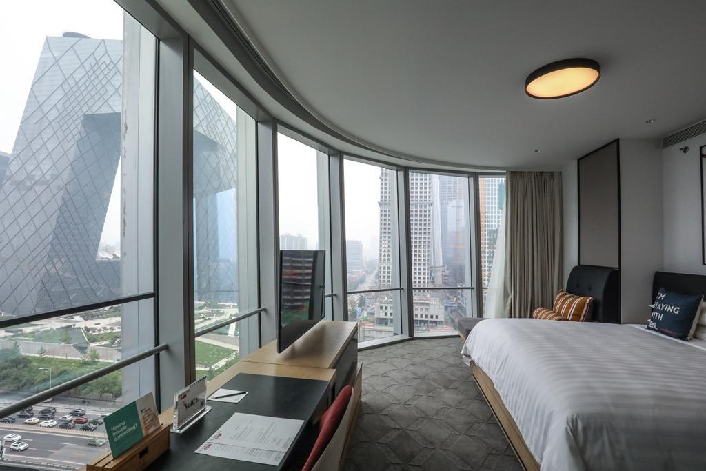 位在建築角落的「豪華套房75」,可將央視總部盡收眼底,景觀極佳。