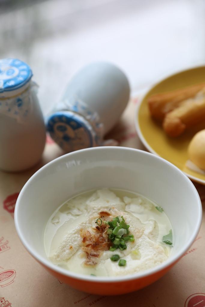 豆花、油條、老北京酸奶,都是很有在地味的早餐。