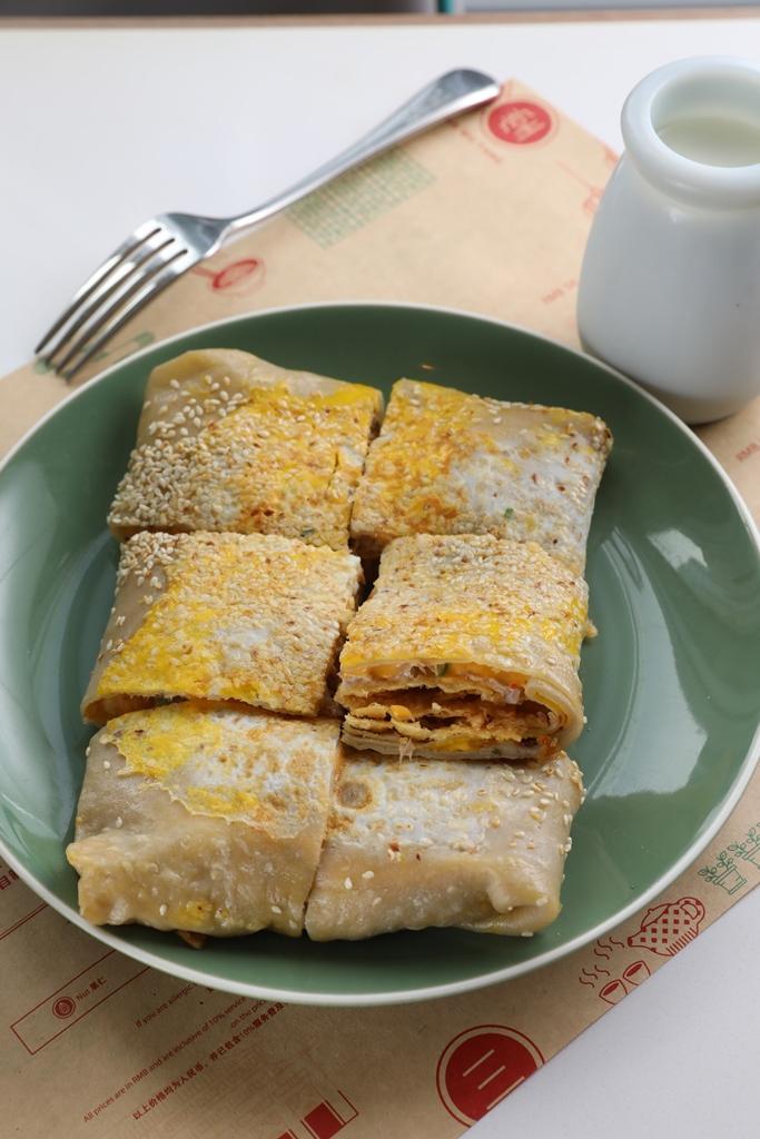 「煎餅果子」可在餐廳享用,大廳亦可外帶,是典型的北京早餐。