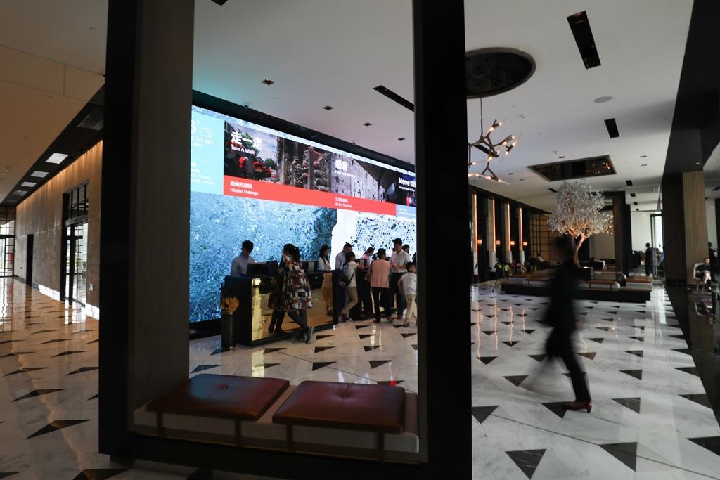 大廳設計套用相框設計概念,很有意思。