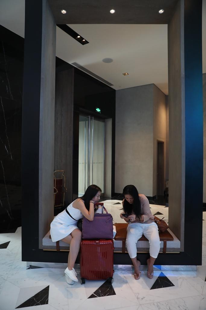 旅人可坐在框框裡歇腳等待。