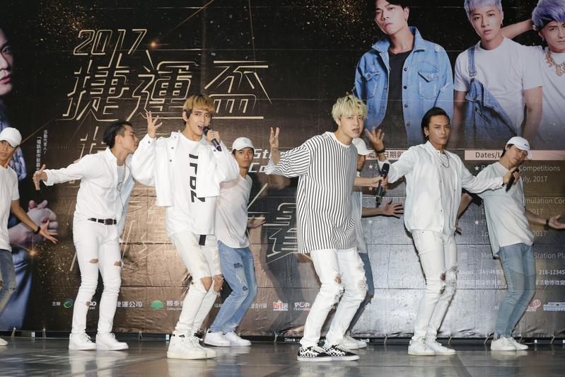 男團TITAN泰坦出席捷運盃街舞複賽,在台北高溫下揮汗熱舞。