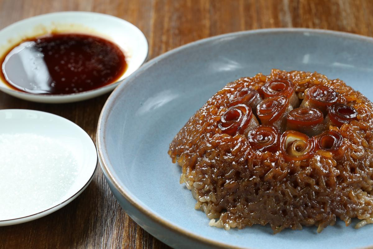 「龍眼甜燒白」是道台灣很難吃到的四川老菜,像染了肉味的八寶飯,沾白糖或醬油,又是另一番滋味。(人民幣58元/份,約NT$261)