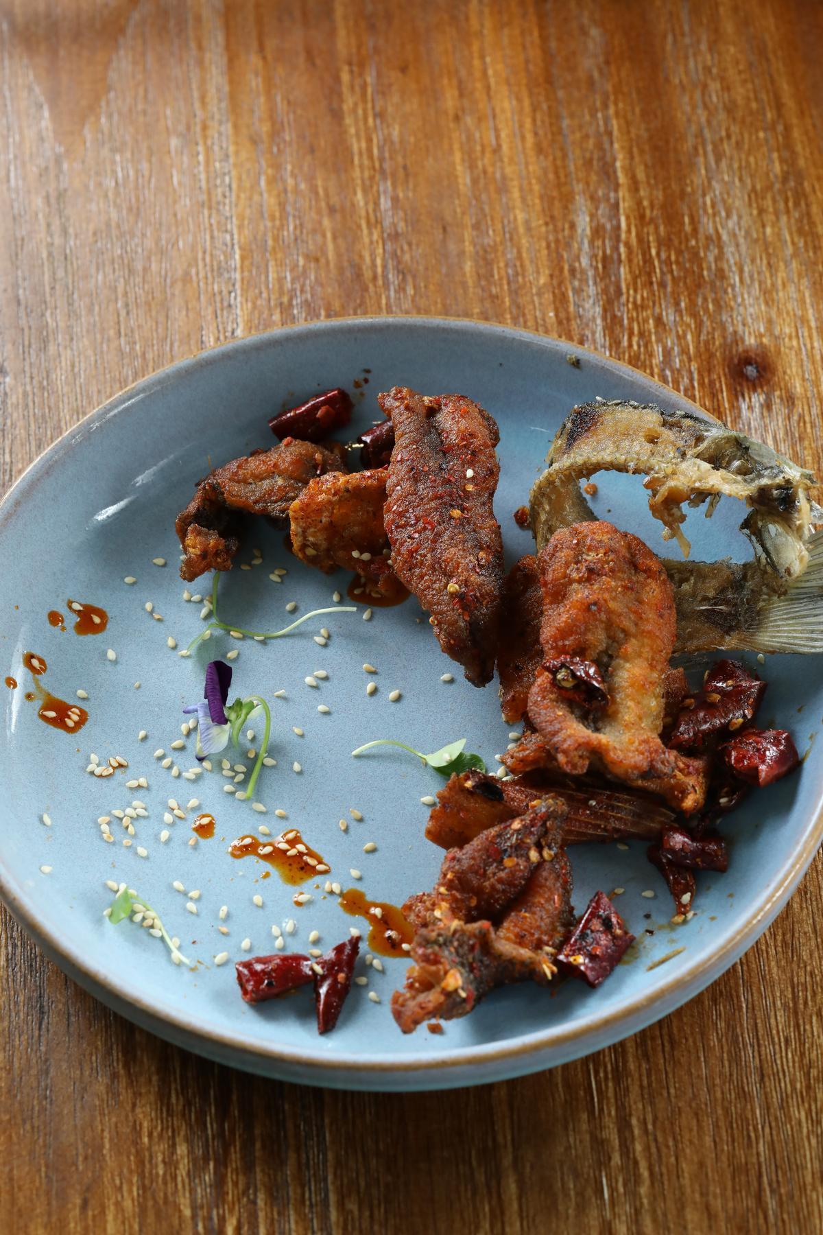 「麻辣酥魚」是由辣椒油、花椒粉領軍的開胃菜。(人民幣48元/份,約NT$215)