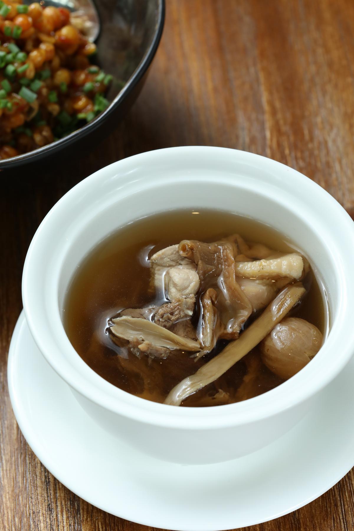 適合夏日裡清熱降火的「水鴨湯」。(人民幣38元/份,約NT$171)