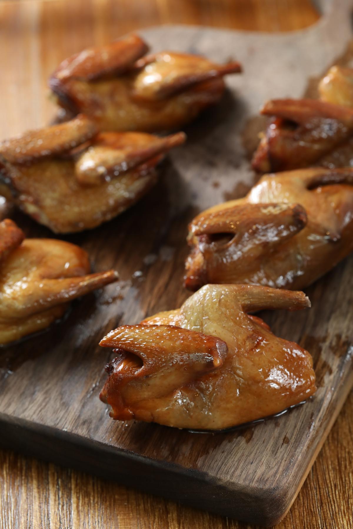 洋溢醬香的「脆皮乳鴿」,肉質柔嫩,雖不是川菜,但因為廚師試做太好吃而名列榜上。(人民幣38元/隻,約NT$171)