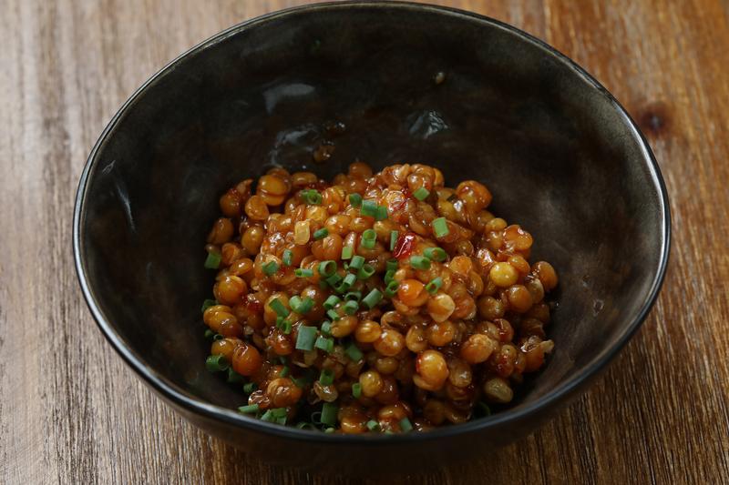 將大白豌豆炸酥調入傳統魚香醬汁的「魚香豌豆」,別處少見。(人民幣28元/份,約NT$126)
