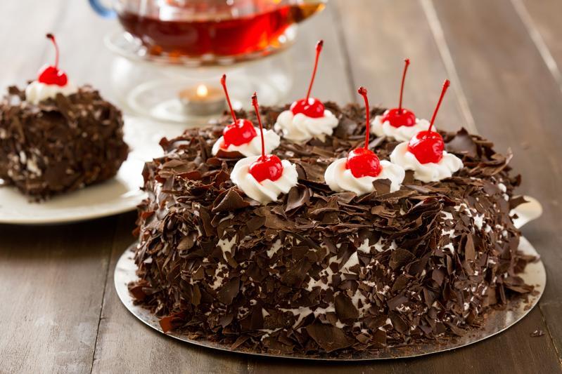 「黑森林蛋糕」以巧克力蛋糕與藍莓餡為底,在清爽不膩的鮮奶油外層灑上巧克力碎屑,是熟悉的兒時美味。(8吋690元/個)
