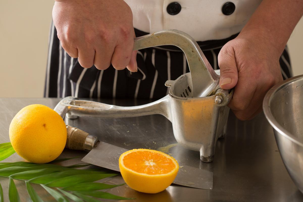 蛋糕體的口味全由新鮮水果製作,選用香吉士榨汁並刨皮絲加入麵團中製作橘子口味。