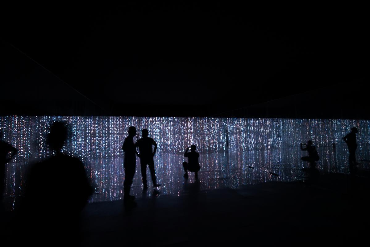 名叫「Crystal Universe」的大型互動裝置,邀請觀賞者用自己的身體去遙控作品。